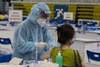Nhẹ nhàng từng thao tác của đội ngũ Y, bác sĩ khi tiêm Vaccine cho người dân.