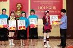 Trao tặng phần thưởng cho người dân địa phương tại hội nghị tuyên truyền pháp luật do VKSND Tp Móng Cái, Tỉnh Quảng Ninh tổ chức.