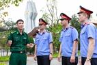 Những kiểm sát viên trẻ tìm hiểu truyền thống tại đài tưởng niệm Pò Hèn – địa danh đã đi vào lịch sử.