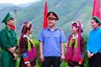 Màu áo xanh ngành kiểm sát hòa cùng màu áo các lực lượng bên bà con dân tộc anh em trên vùng biên giới tại xã Hải Sơn, Tp Móng Cái, tỉnh Quảng Ninh.