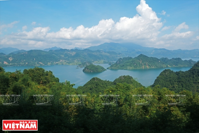 Một góc hồ thủy điện Hòa Bình nhìn từ con đường đến Bãi Sang thuộc xã Tòng Đậu huyện Mai Châu.