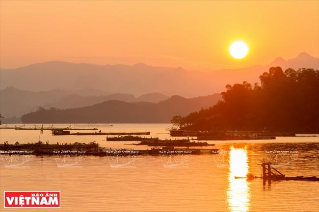 Du khách nên ở lại một đêm trên lòng hồ để ngắm nhìn hoàng hôn, bình minh tuyệt đẹp trên lòng hồ Hòa Bình.