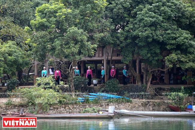 Những bản làng của người Mường dọc trên lòng hồ là những địa điểm khám phá thú vị, hấp dẫn.