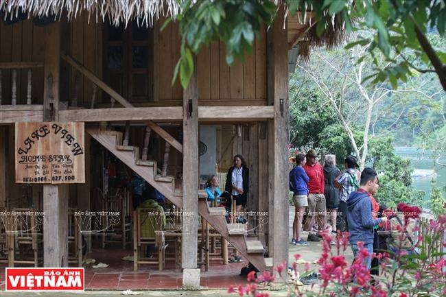 Nhiều du khách thích khám phá, ưa trải nghiệm lựa chọn nghỉ tại những ngôi nhà sàn ven sông của người dân địa phương.