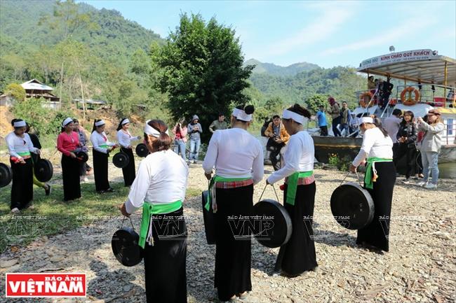 Người dân làm du lịch ở bản Ké (Tiền Phòng, Đà Bắc) chào đón khách du lịch đến thăm khu du lịch cộng đồng của người Mường.