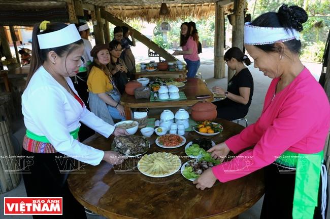 Người dân ở bản Ké chuẩn bị những món ăn truyền thống cho du khách phương xa.