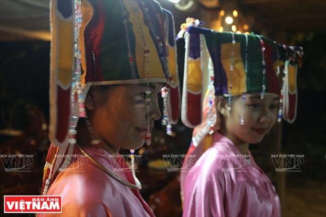 Những cô gái Mường trong trang phục cổ xưa thực hiện một nghi lễ tâm linh ở bản Ngòi.