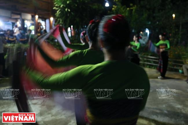 Những cô gái ở bản Ngòi múa quyến rũ của người Mường trong đêm văn nghệ phục vụ du khách.