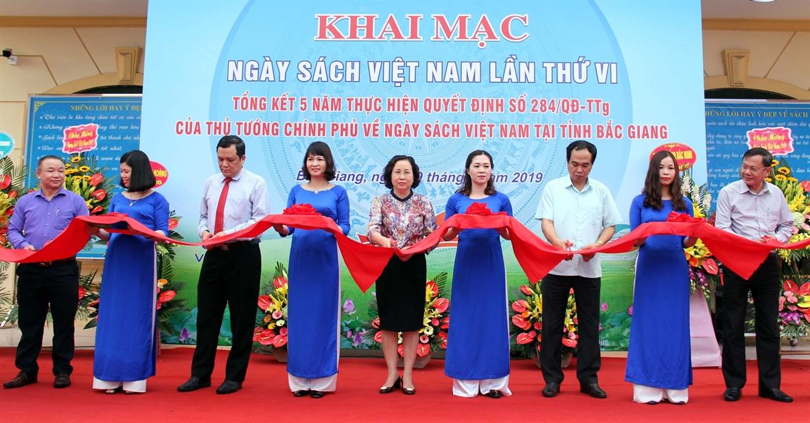 Cắt băng khai mạc Ngày sách Việt Nam lần thứ VI. Ảnh: Đồng Thúy/ TTXVN
