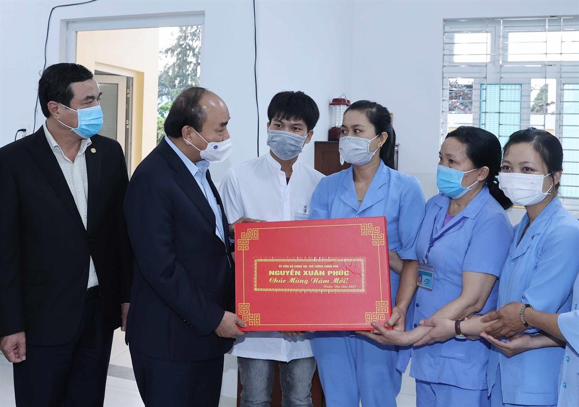 Le PM présente des cadeaux de Tet au centre de patronage social de Quang Nam.  Photo : VNA