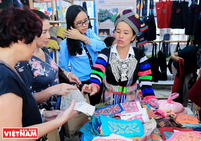 소수 민족 마을의 전통 공예 축제