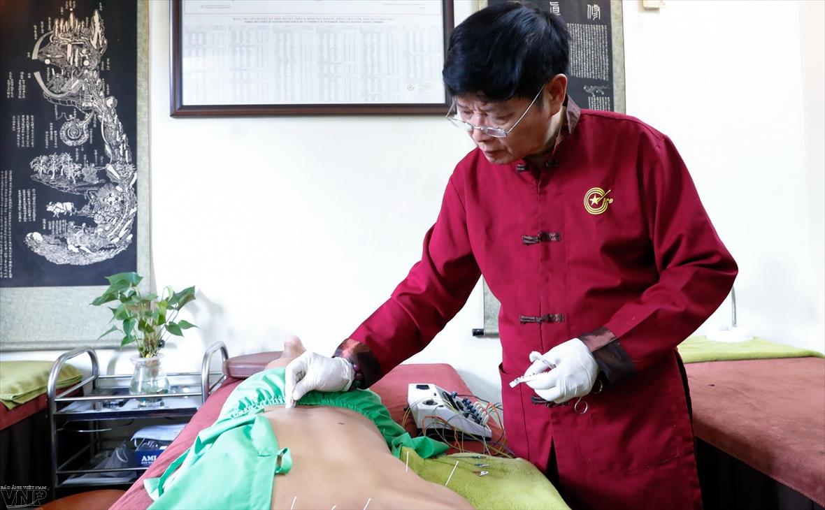 漢方医グエン・タイ・ハー     鍼治療における「金の針」