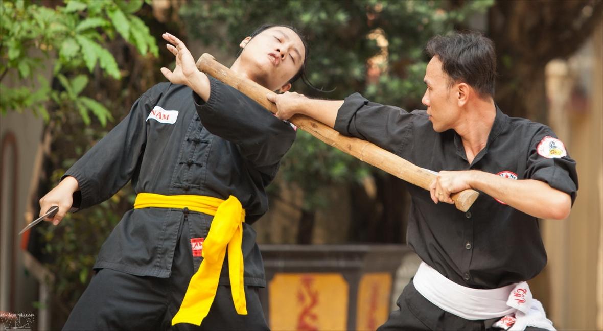 Using shoulder poles in the martial arts