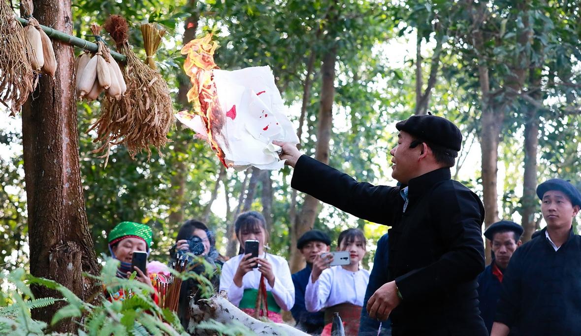 몽족 사람들의 숲의 신 숭배 의식