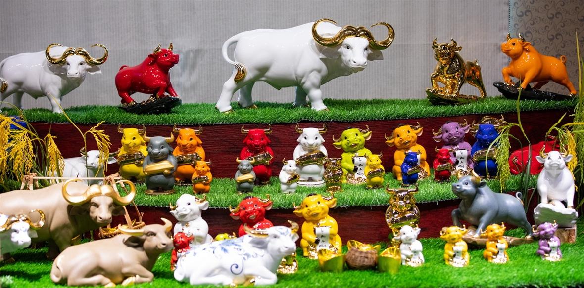 明隆牌瓷牛摆件
