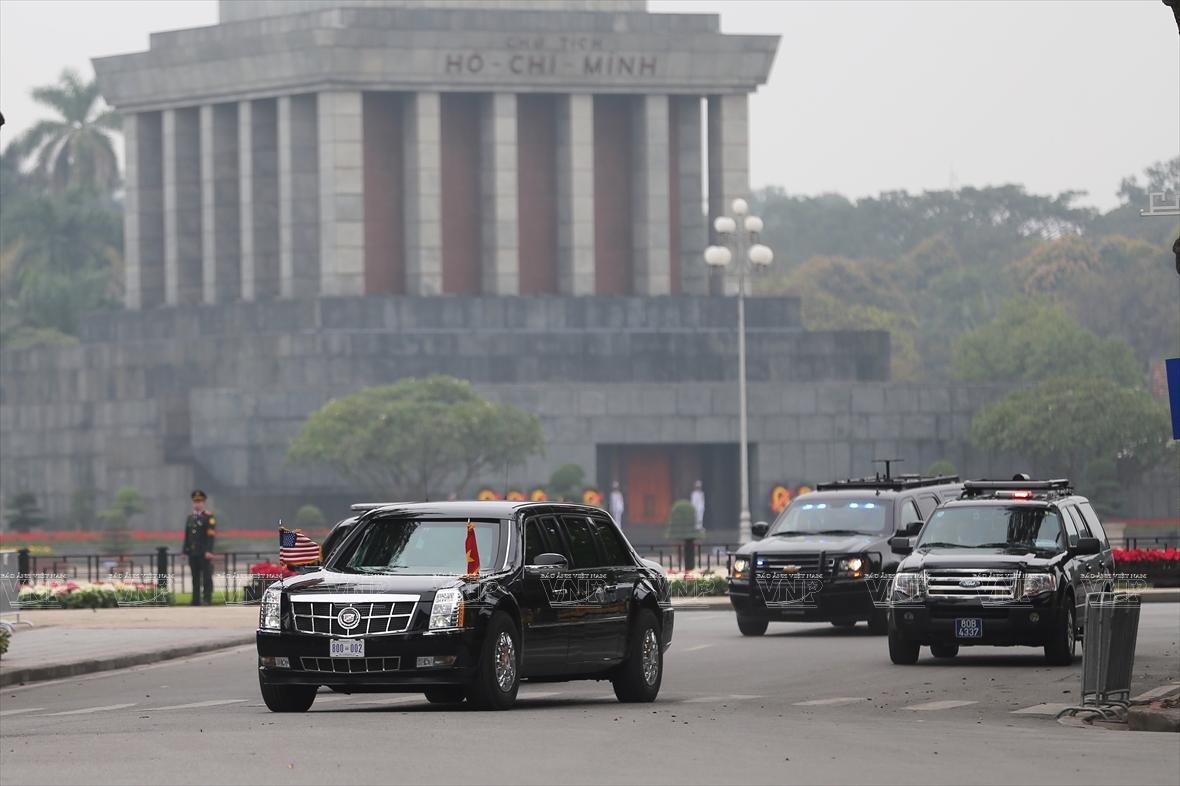 美国总统唐纳德•特朗普专车车队在河内行驶